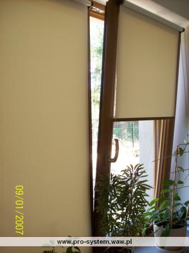 System prowadzenia bocznego przytrzymuje tkaninę przy oknie